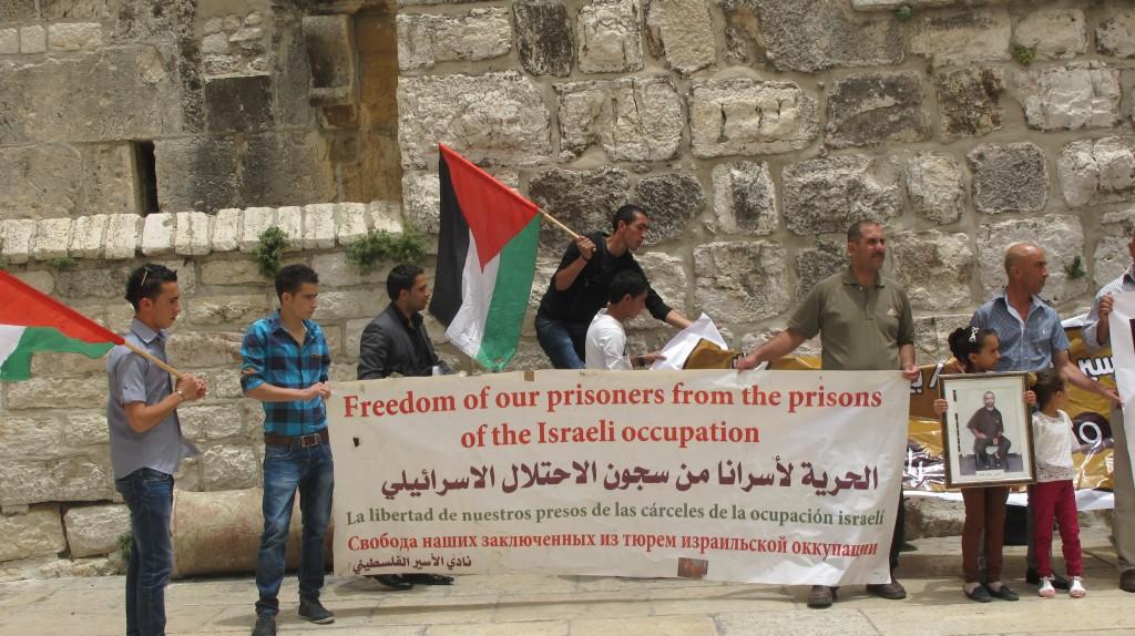 """Demonstration intill ingången till Födelsekyrkan i Betlehem. På banderollen står det """"Frihet för våra fångar, från den israeliska ockupationens fängelser"""" på fyra språk, undertecknat organisationen Palestinian Prisoners' Society."""