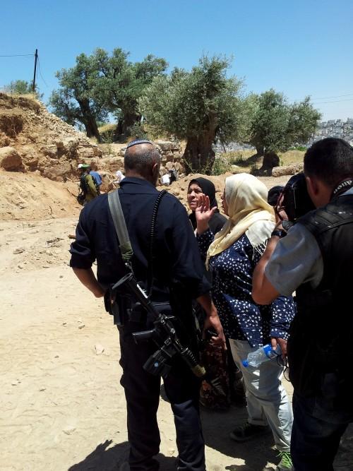 Faryal och Arwa diskuterar med israelisk polis.