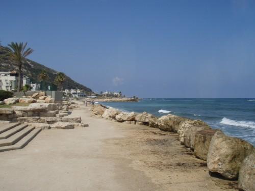 Strand i Haifa nedanför vandrarhemmet Beit Skandinavia.