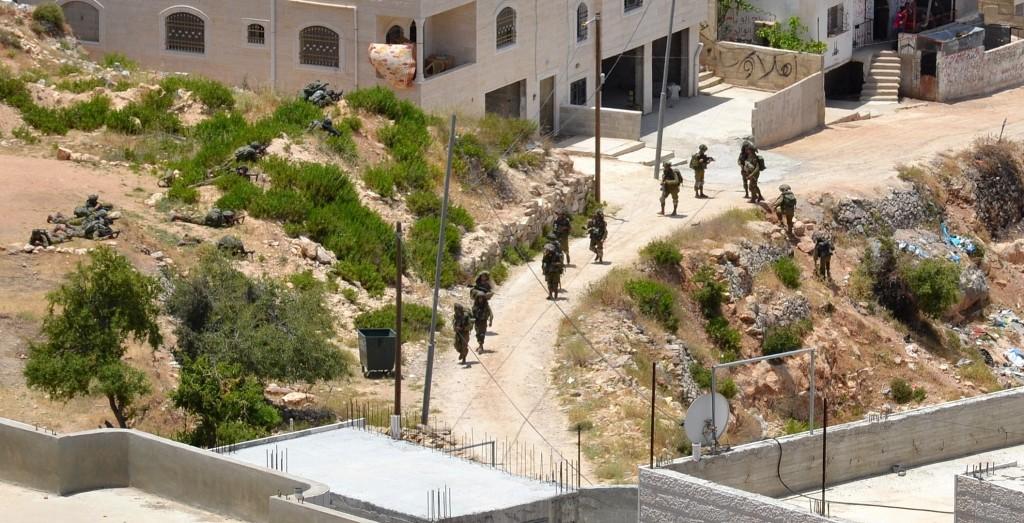 Israelisk militär patrullerar och tar över hus runt Hebron.