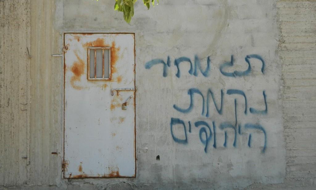 """Bild på en prislappsattack i Aqraba på Västbanken där israeliska extremister skrivit """"Prislappsattack. Judisk hämnd."""". I samband med attacken satte extremisterna också eld på ett djurfoderförråd vilket ledde till att den drabbade familjen nu har svårt att utfordra sina får."""