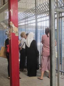 Israeliska kvinnor från organisationen Machsom Watch försöker få kontakt med soldaterna för att hjälpa kvinnan vars tillstånd soldaterna tagit.