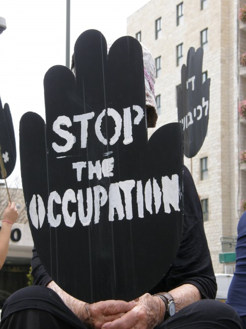 En israelisk kvinna vid en demonstration som Women in Black organiserar i västra Jerusalem varje fredag. Foto: