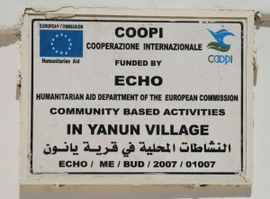 En skylt visar att byn Yanoun fått EU-stöd