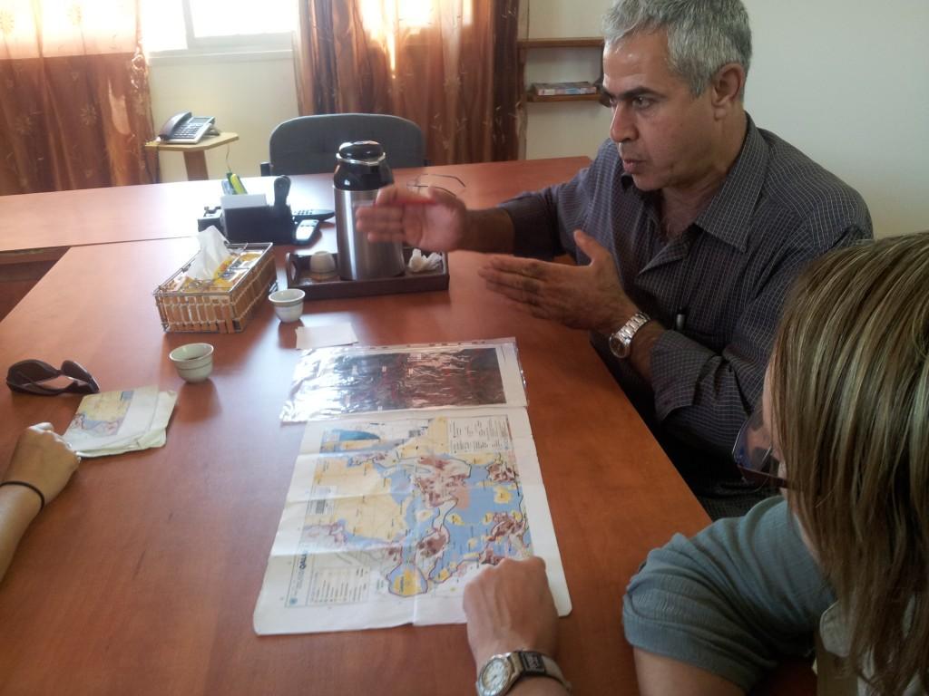 Abed al-Karim visar på kartan var vägspärren in till byn är