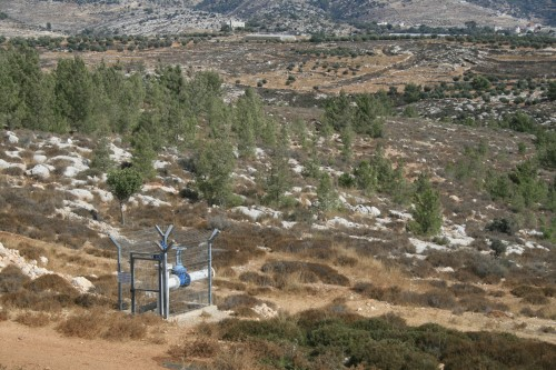 Det finns redan infrastuktur i form av vattenledningar och elstolpar redo för framtida bosättningars behov.