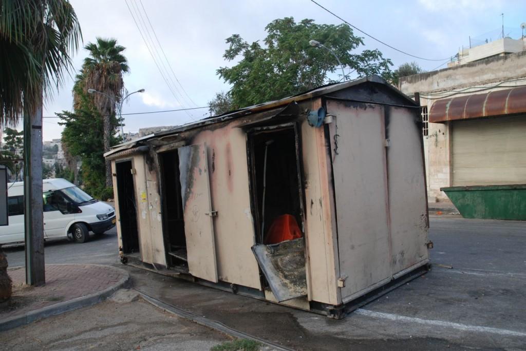 Den utbrända och undantransporterade contaniern på al-Shuhada Street i Hebron den 2 sept 2014