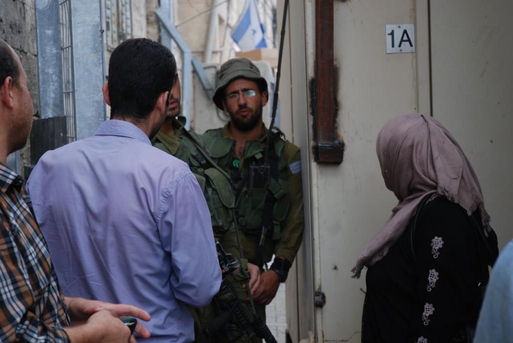 De professionella soldaterna i vägspärr 56, dagen före öppnandet av nya kontrollbågen. al-Shuhada Street i Hebron den 1 sept 2014.