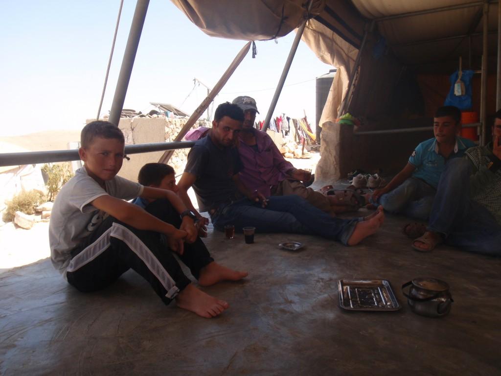 Närmast vuxna person, Mohammead från Khirbet al-Majaz, en by i Masafer Yatta tillsammans med barn och andra män från byn.