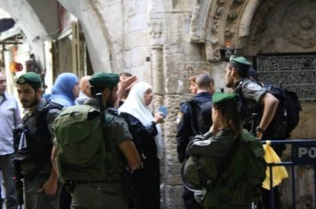 En kvinna försöker komma in till al-Aqsa moskén. Idag hjälper det dock inte att ha det blåa id-kortet utan enbart icke-muslimska kvinnor får kommma in.