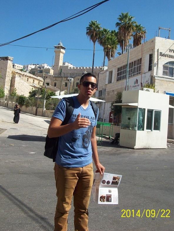 Shay Davidowich, representant för organisationen Breaking the Silence är på rundvandring i Hebron och berättar om den israeliska militärens verksamhet där.