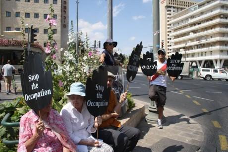Varje fredag sitter de där med sina skyltar med ett enda budskap, oavsett om det är på hebreiska, arabiska eller engelska – Stoppa ockupationen!