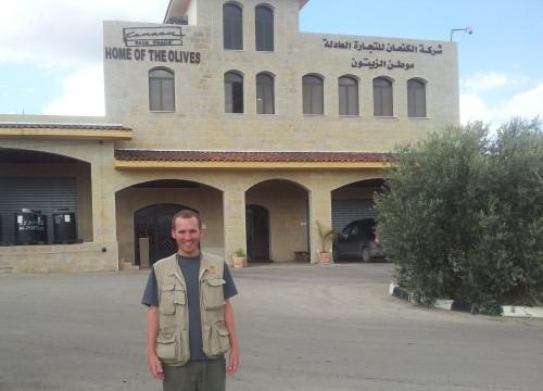 Samuel Skånberg utanför Canaan Fair Trade, företaget som exporterar olivolja från kooperativ i Palestina till världsmarknaden.