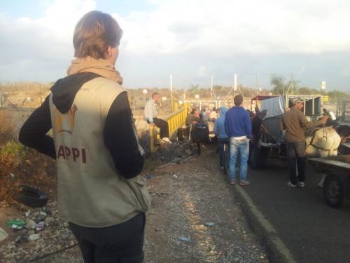 Min följeslagarkollega Meike vid jordbruksgrinden vid Far'un. Denna morgon var soldaterna försenade i mer än en timme vilket innebar en timme mindre arbete för lantbrukarna.