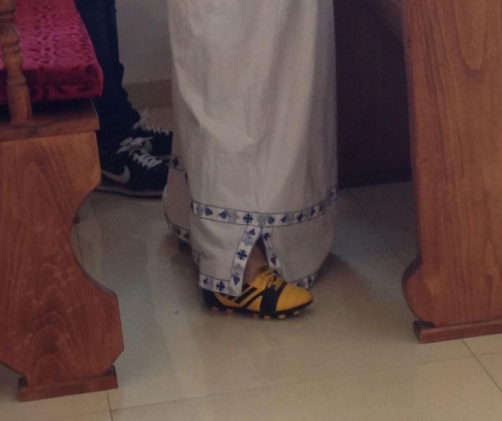 En korgosses väntan under gudstjänst i Jungfru Marias ortodoxa kyrka.