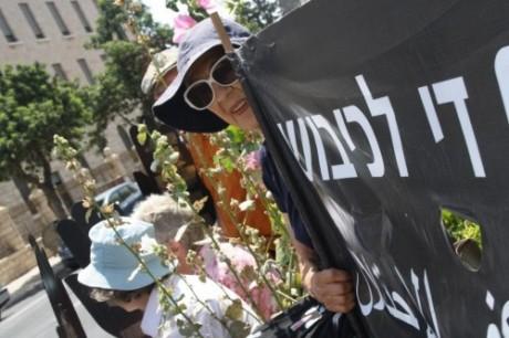 Judy Blanc, en av grundarna av fredsrörelsen Women in Black under fredagsdemonstrationen.