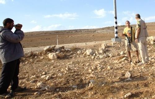 Fåraherden Nael Khaled Moussa Abu Arhamdokumenterar ett möte med en bosättare som för ett samtal med Hannes Zukali, en följeslagare i South Hebron hills.