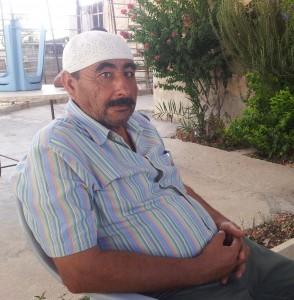 Hani Ameer utanför sitt hus.
