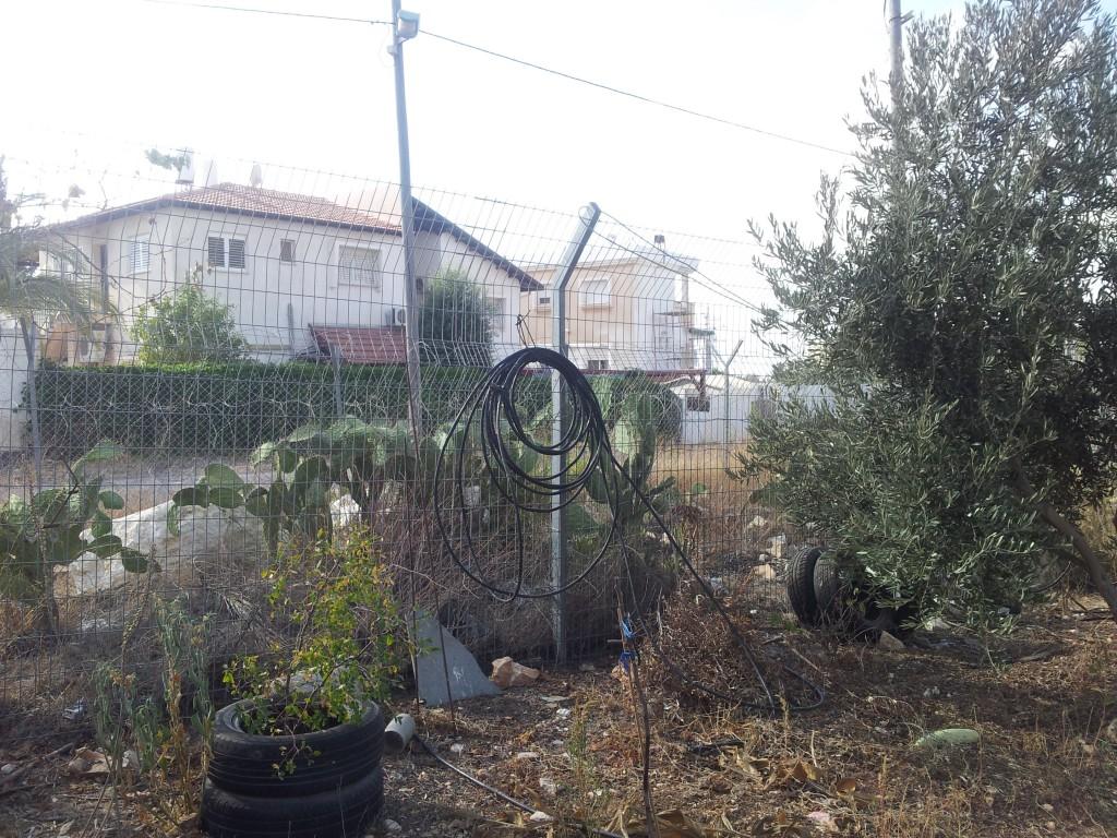 Bosättningen ligger alldeles bredvid Hani Ameers hus.