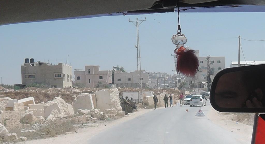 En så kallad flygande vägspärr i Yatta som den israeliska militären kan sätta upp när som helst och var som helst.