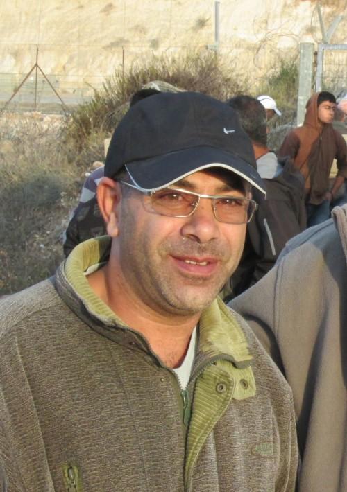 Det är i soluppgången och Mohammad JusefAmar, 40 väntar på att släppas förbi vid jordbruksgrinden utanför Qaffin.
