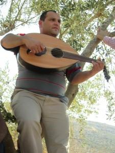 Under en paus i olivskörden i byn Kafr ad-Dik sjunger Abdullah Noman smäktande kärlekssånger, och spelar på sin Oud, en slags antik, korthalsad luta.