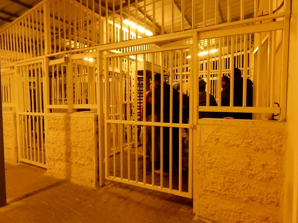 Vissa sträckor inne i väggspärr 300 liknar fängelseburar.