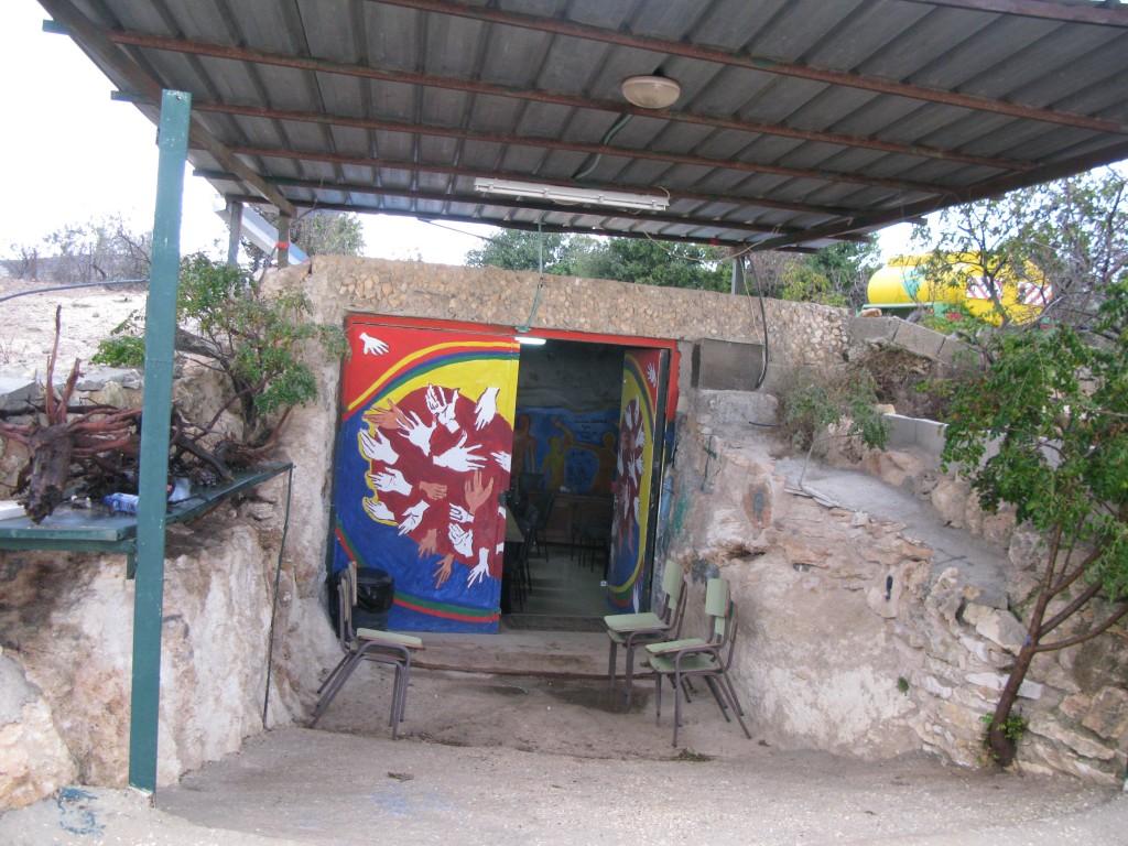 Tent of Nations finns till stöd för Daher Nassars kamp för sin mark. En grotta används som bostad och som konferensrum.