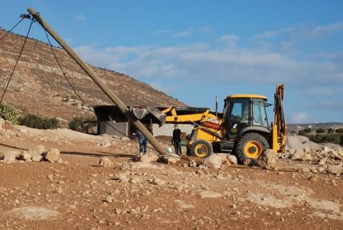 Israelerna fäller en elstolpe i Tawayel.