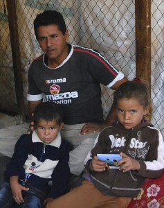 Nader och två av hans barn. Familjen riskerar att tvångsförflyttas enligt nyligen publicerad israelisk omförflyttningsplan av beduinsamhällen.