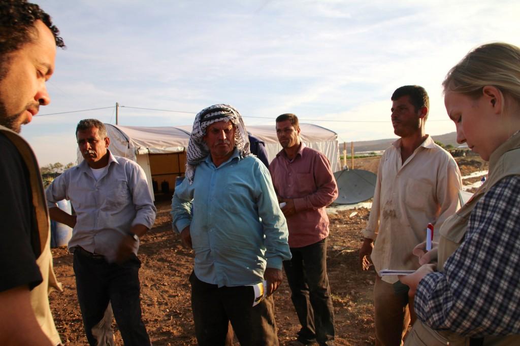 Jag och min följeslagarkollega Rafael frågar Nawaf Hussein Salen Daraghmeh och hans två söner Rami och Mohammed om husdemoleringarna. Med på bild finns också vittnet Abdallah.