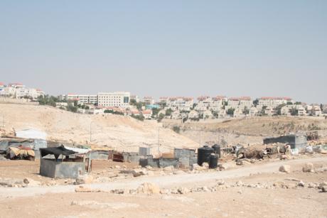 Skillnaden mellan den fattiga beduinbyn som vid flertalet tillfället blivit förstörd och bosättningen Ma'ale Adumim i bakgrunden är slående.