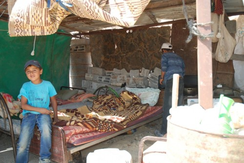 Yousef efter demolering familjen husruin 20 aug före demoleringen av elledningen. Storebror gör te för att bjuda oss besökare på.