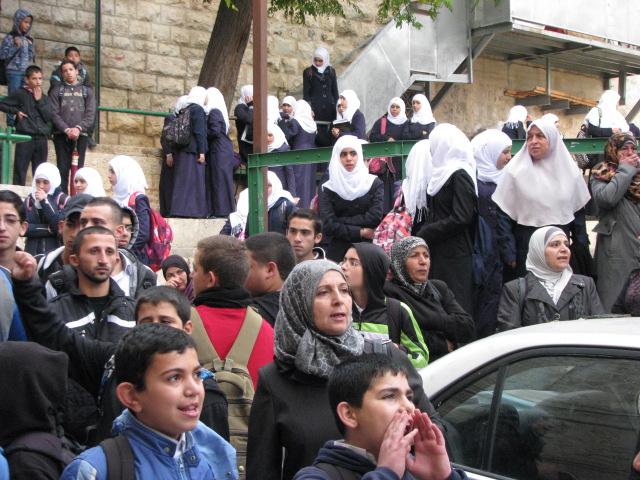 Kvinnor och barn som väntar på att få bli insläppta till Haram ash-Sharif/Tempelberget.