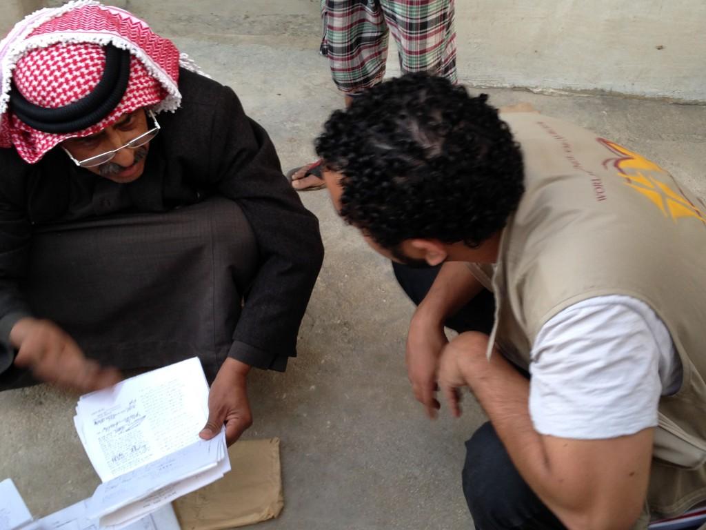Beduinen Abu Akram visar pappren han fått från den israeliska militären om att hans hus ska rivas för Rafael Christino