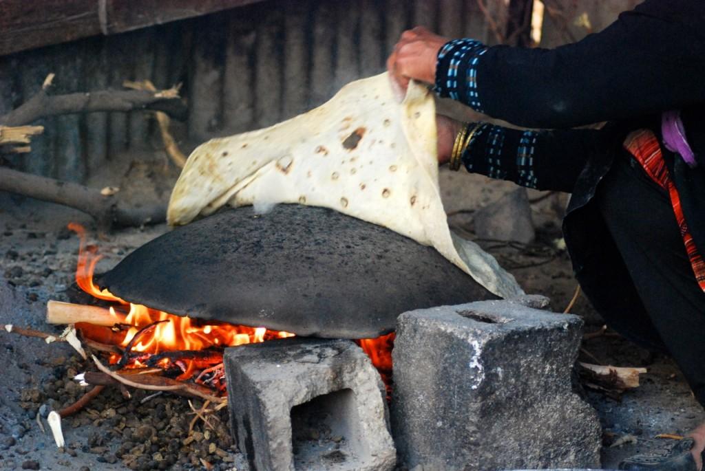 Kvinnorna visar oss hur man lagar shrak över öppen eld i Ein ad-Duyuk.
