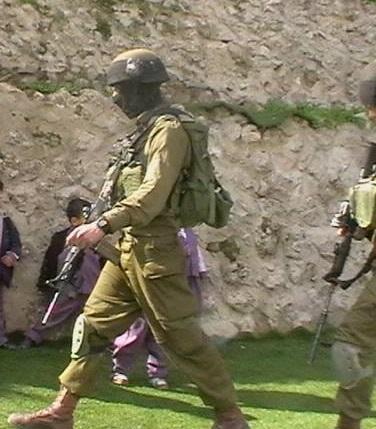 Soldater tränger sig in på förskolan nära Cordobaskolan.