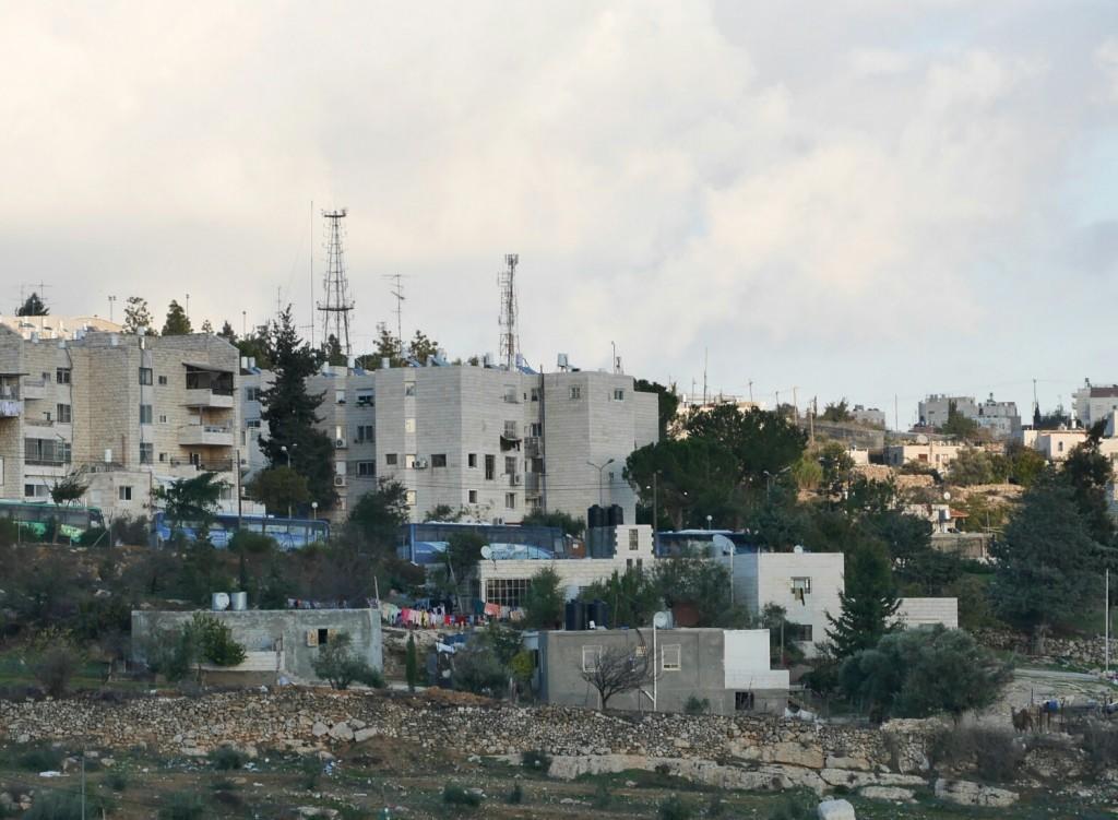 I förgrunden syns familjen Danas hus. Bakom det syns den israeliska bosättningen Kiryat Arba.