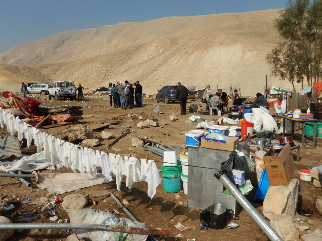 De fick några minuter på sig för att plocka ut sina tillhörigheter innan bulldozern körde över hemmet.