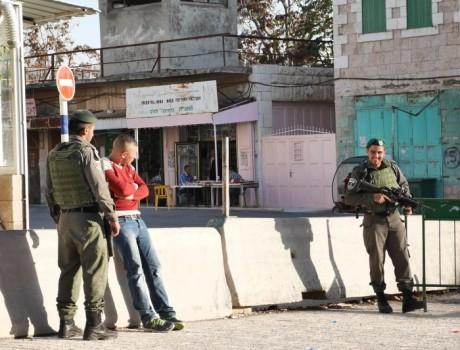 Ghassan hålls av militär vid vägspärren som kallas Abed.
