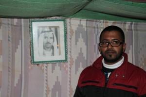 Hassan vid fotot av sin farfar; en gång beduin i Negevöknen.