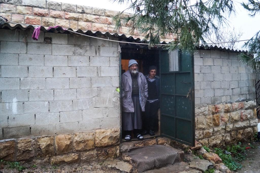 1. Nasser al-Din och hans son Abdul Rahman tar emot oss i dörren till sitt hem.