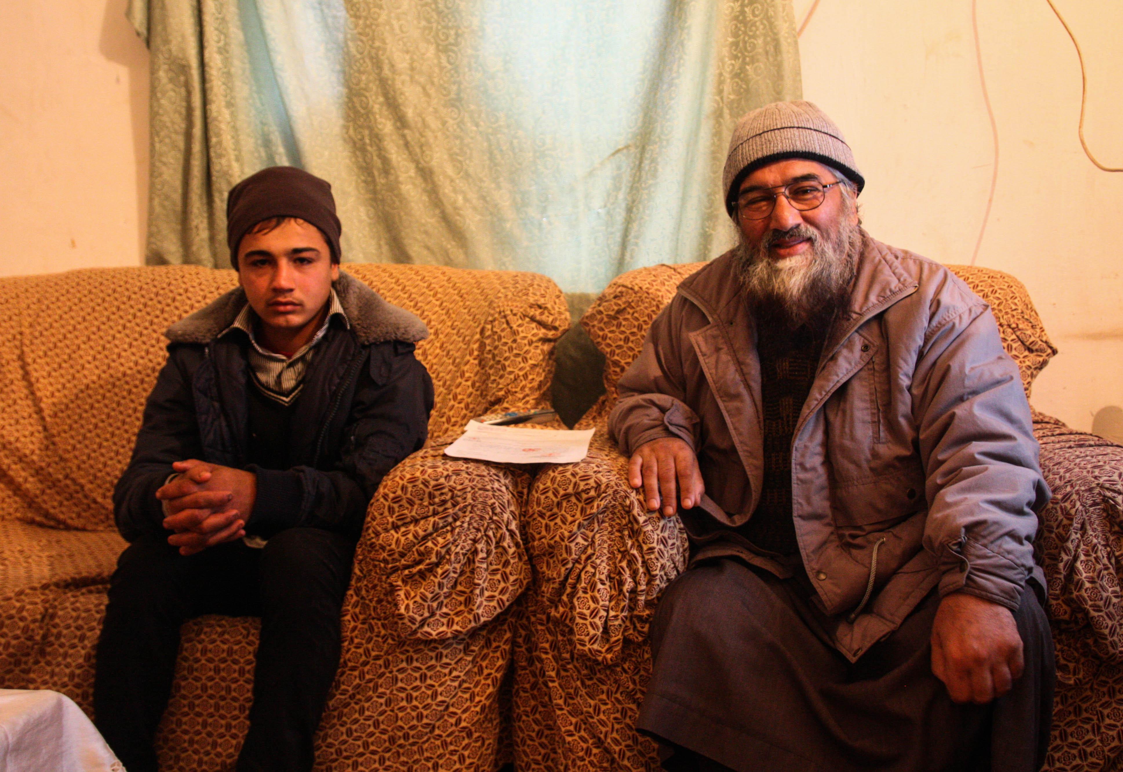 Nasser-al-Din-och-Abdul-Rahman-tar-emot-oss-i-deras-hem-och-delar-med-sig-av familjens berättelse