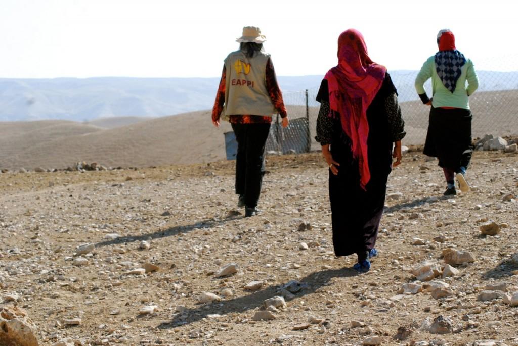 Kvinnorna visar oss runt i an-Nabi Musa. Från vänster: Min följeslagarkollega Bettina, Tamam och Raba.