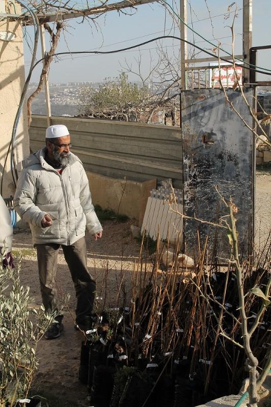 Aeed med sin nyköpta plantor