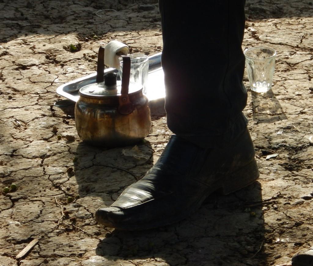Abu Abed bjuder gästvänligt på te, men den mark som är hans får han inte bygga en värdig bostad på.