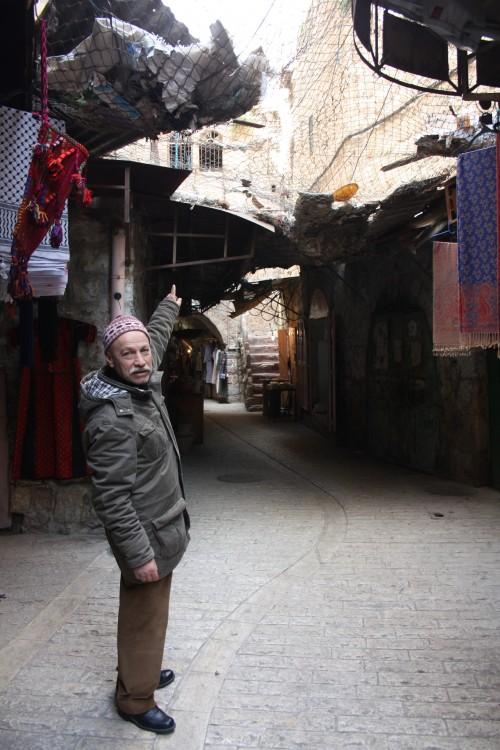 Jamal Maraaja visar på näten och de nya israeliska bosättningar som är på väg att ta form.