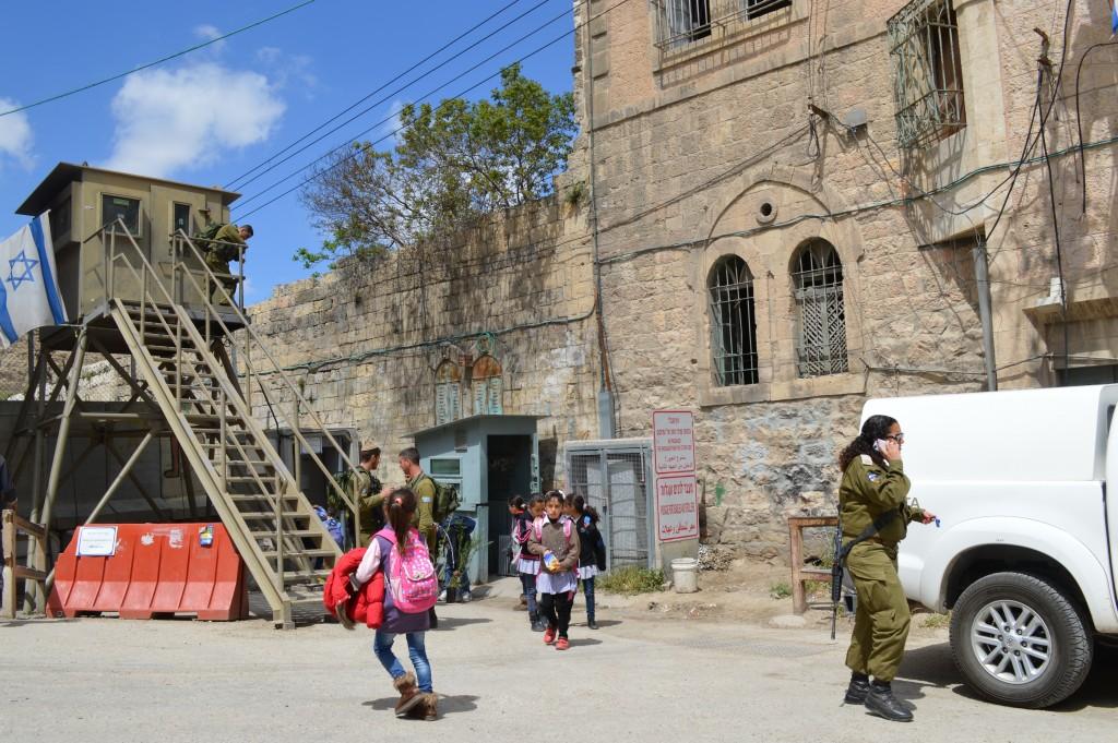 Checkpoint 56 är en av passagerna mellan område H1 och H2. Många palestinska barn måste passera här varje dag för att ta sig till skolan.
