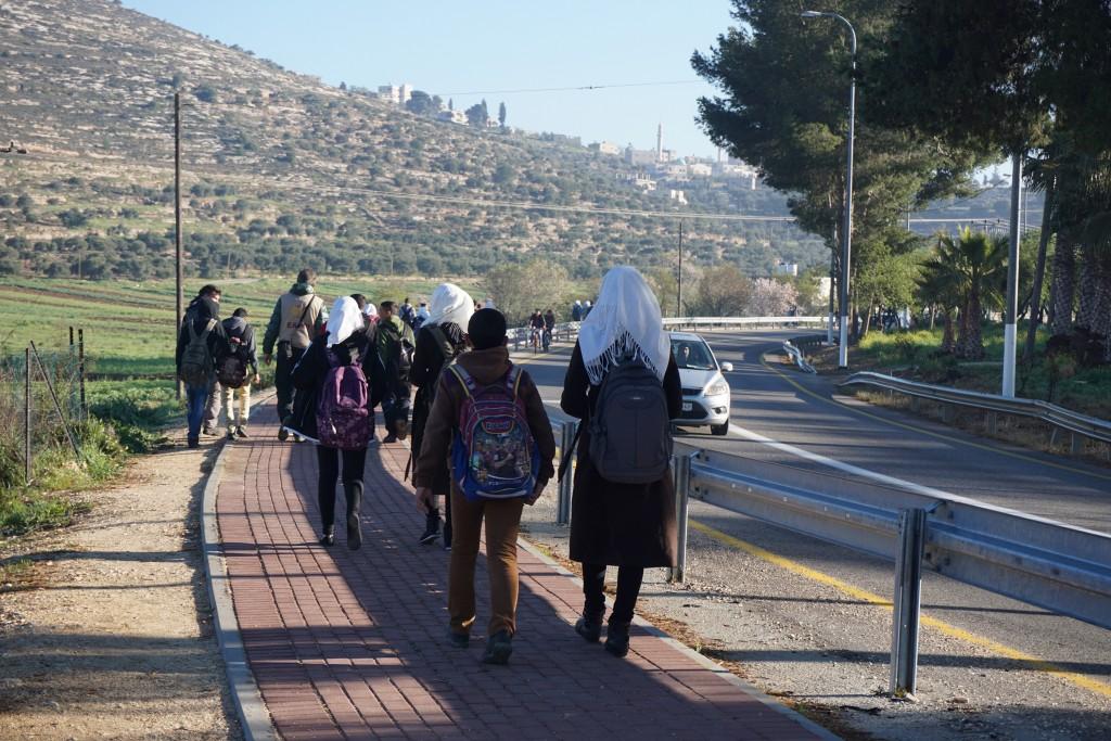 Vi följeslagare går med elever till as-Sawiyaskolan flera gånger i veckan.