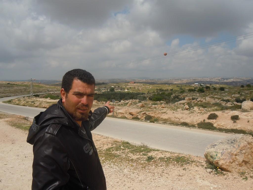 Nasser-visar-platsen-han-bodde-innan-vräkning-1986-nu-israelisk-arkeologisk-atraction